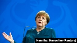 """آنگلا مرکل صدار اعظم آلمان در پاسخ به انتقادها گفت """"در یک کشور پایبند به حکومت قانون، دولت نباید تصمیم بگیرد."""""""