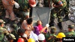 Nhân viên cứu hộ tìm được một phụ nữ còn sống sau 17 ngày trong đống đổ nát của xưởng may bị sập hôm 10/5/2013 ở Savar.