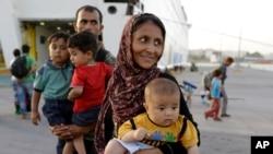 یونان کے ساحل پر پہنچنے والا ایک افغان خاندان