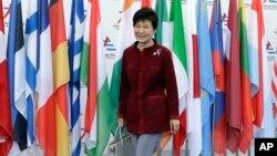 16일 박근혜 한국 대통령이 이탈리아 밀라노의 ASEM 회의장에 도착하고 있다.