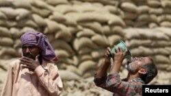 در هند به کارگران سفارش شده است که در ساعتهای گرم روز از کار دست بکشند.