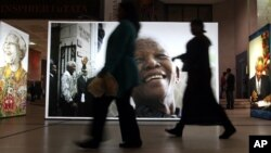 Fotos gigantes de Nelson Mandela son mostradas en el Centro Civico de Cape Town, Sudáfrica.