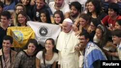 Pope Francis poses for a picture with Argentinian youths during his Wednesday general audience at the Vatican, August 2015. (REUTERS)