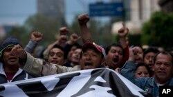 20일 멕시코시티에서 대학생 실종 사건에 항의하는 대규모 시위가 벌어졌다.