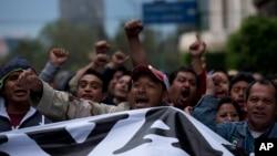 星期四發生在墨西哥城國家宮外面的衝突。成千上萬人參加了集會。