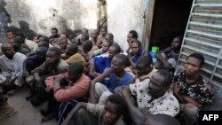 Les soldats tchadiens gardent des prisonniers dans la cour d'une prison de gendarmerie, Ndjamena, 13 février 2008.