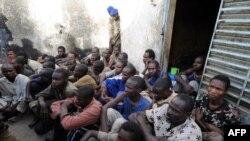 Les soldats tchadiens gardent des prisonniers dans la cour d'une prison de gendarmerie, Ndjamena, 13 février 2008. AFP PHOTO / PASCAL GUYOT