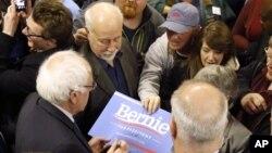 미국 대선해 출마한 민주당의 버니 샌더스 후보(왼쪽)가 4일 위스콘신 주 자네빌 시에서 열린 선거 유세에서 유권자들과 만나고 있다.