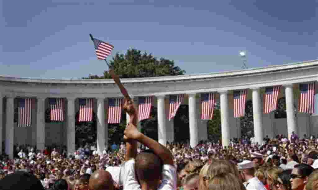 Miles esperan el discurso del presidente Barack Obama en el Cementerio de Arlington, Virginia, durante la conmemoración del Día de los Caídos.