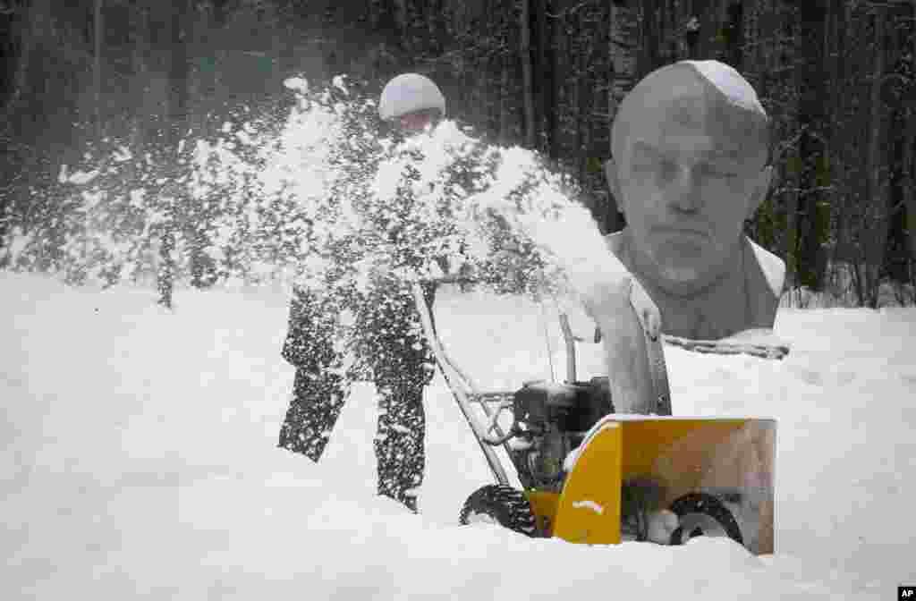 St. Petersburg'da Razliv Gölü yakınlarındaki Lenin Müzesi'nde kar temizleniyor.
