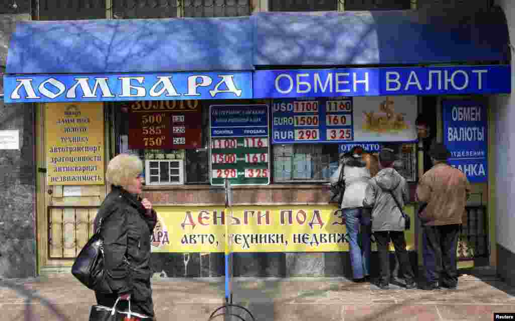 People gather outside a currency exchange office in the Crimean city of Simferopol, April 4, 2014.