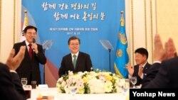 문재인 한국 대통령이 27일 청와대 영빈관에서 열린 민주평화통일자문회의 초청 간담회에서 참석자들로부터 박수를 받고 있다.