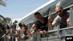 Tù nhân Palestine đi ngang phía nam Dải Gaza từ phía biên giới Rafah của Ai Cập sau khi được phóng thích từ các nhà tù của Israel, ngày 18/10/2011