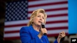 68 yoshli Klinton yakshanba kuni Nyu-York shahrida 11-sentabr fojeasini xotirlash marosimini erta tark etgan, matbuotda uning arang oyoqda turganini tasvirlovchi videolar paydo bo'lgan edi.