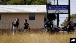 聯邦調查局人員11月初在德克薩斯州薩瑟蘭泉槍擊案現場調查。