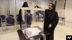 12일 지방선거가 열린 사우디 리야드의 한 투표소에서 여성 유권자가 투표를 하고 있다.
