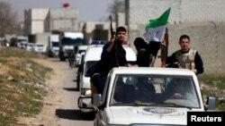 20일 시리아 다마스쿠스 외곽에서 반군들이 유엔 구호물품을 실은 차량 행렬을 호위하고 있다.