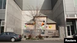 华盛顿州西雅图居民艾迪思.梅斯菲尔德拒绝搬迁而保留在新建的商业大楼之间的老房子(2015年3月13日)