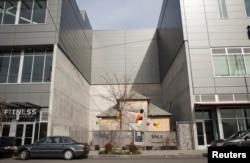 华盛顿州西雅图居民艾迪思.梅斯菲尔德拒绝搬迁而保留在新建的商业大楼之间的老房子。(2015年3月13日)
