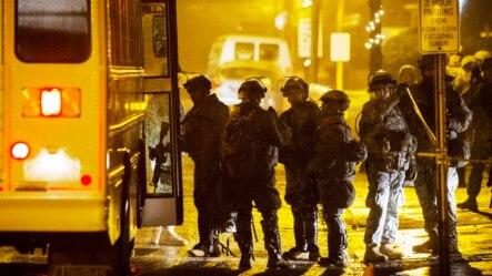 2014年11月26日国民警卫队在密苏里州弗格森。抗议进入第三个夜晚街头渐趋平静