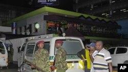 지난 5월 몸바사에서 발생한 폭탄테러 현장을 지키고있는 케냐 군인들(자료사진)