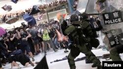 香港7月14日沙田大遊行結束後,晚上在一個購物商場發生警民衝突。