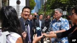 夏威夷州的州司法部长、中国移民后代金士敬在檀香山的联邦地区法院外与记者谈话。(2017年3月29日)