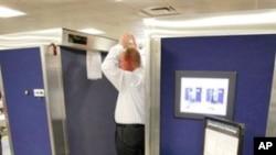 미국 공항에서 전신 몸수색을 받고 있는 승객