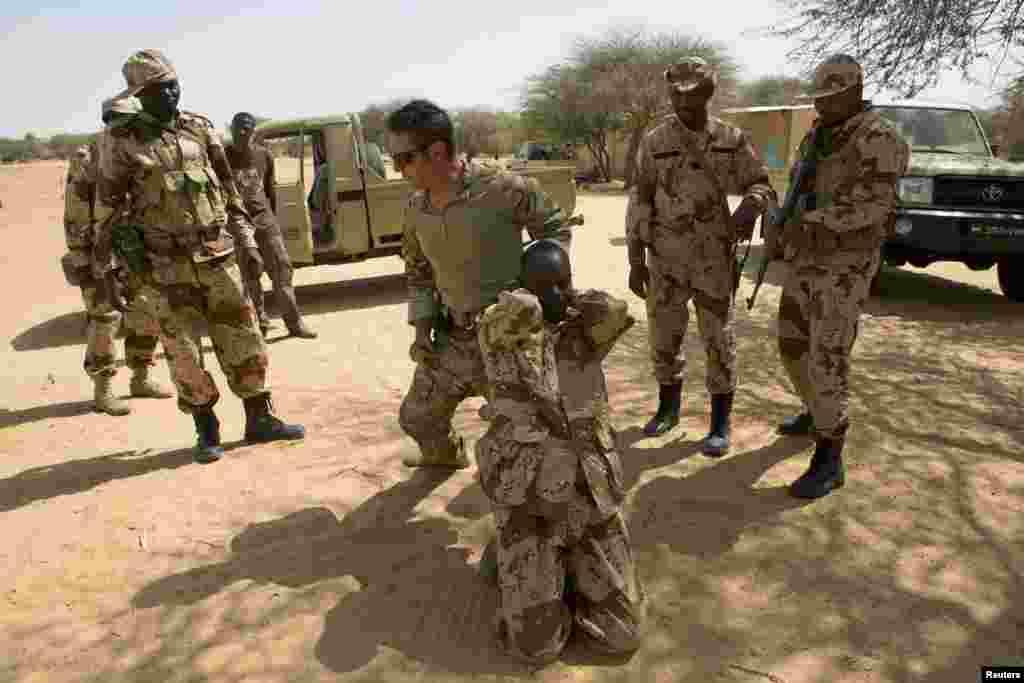 امریکہ کی اسپیشل فورسز نائجر کے سرحدی علاقے دیفا میں مقامی فوجیوں کو تربیت فراہم کر رہی ہیں۔