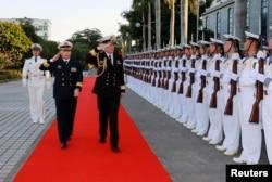 2015年1月14日,广州军区副司令员兼南海舰队司令沈金龙和来访的新西兰皇家海军总司令杰克·施泰尔在广东湛江检阅仪仗队。