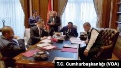 عکسی از زمان تماس تلفنی پرزیدنت ترامپ با اردوغان رئیس جمهوری ترکیه.