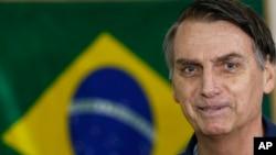 Capres Brazil dari Partai Sosial Liberal, Jair Bolsonaro, tersenyum saat tiba di tempat pemungutan suara di Rio de Janeiro, Brazil, 7 Oktober 2018.