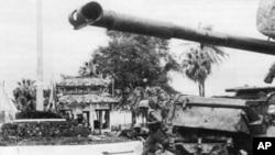 Thủy quân lục chiến Hoa Kỳ được xe tăng M48 Patton yểm trợ trong vụ Tổng công kích Tết Mậu thân ở Huế (1968)