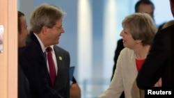 意大利总理真蒂洛尼在德国柏林举行的G20峰会上欢迎英国首相特蕾莎·梅(2017年6月29日)