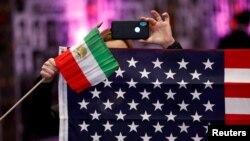 资料照:美国与伊朗国旗。