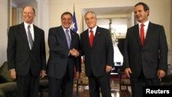 El presidente chileno Sebastián Piñera saluda al secretario de Defensa Leon Panetta, este jueves en el palacio La Moneda. Con ellos el ministro de Defensa Andrés Allmand (derecha) y el embajador de EE.UU. en Chile, Alejandro Wolff (izquierda)