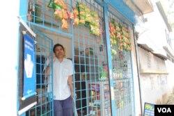 Ông Shahjahan Selim trước cửa tiệm tạp hóa nhỏ của mình.