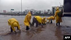 工作人員在帕特里夏颶風在墨西哥登陸之後進行清理工作。