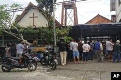 Warga berkumpul di luar Gereja Santa Lidwina Church setelah serangan oleh pria bersenjata tajam di Sleman, Yogyakarta, 11 Februari 2018.