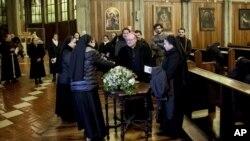 El arzobispo Charles Scicluna, en el centro, asiste a una reunión con sacerdotes y monjas en la Catedral de San Mateo en Osorno, Chile, el sábado 16 de junio de 2018.