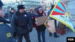 尼科里斯基和其他人权活动人士三月上旬在习近平访俄前夕曾在莫斯科的俄罗斯总统办公厅附近示威呼吁关注西藏问题,但受到警方阻拦(美国之音白桦拍摄)