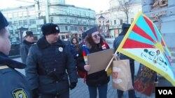 尼科里斯基和其他人權活動人士三月上旬在習近平訪俄前夕曾在莫斯科的俄羅斯總統辦公廳附近示威呼籲關注西藏問題,但受到警方阻攔。(美國之音白樺)