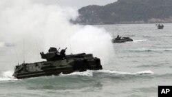 Xe lội nước chuẩn bị đổ bộ tại bờ biển Hat Yao, tỉnh Chonburi, Thái Lan, trong một cuộc tập trận chung Cobra Gold năm 2012.