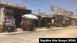 """D'habitude bouillant de monde, le marché """"Fithie mithie"""" est complétement désert, à Dakar, le 8 avril 2020. (VOA/Seydina Aba Gueye)"""