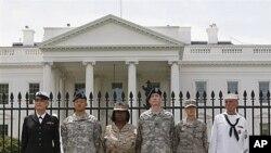 图为美国军人去年4月16日把自己反铐在白宫围栏上,就同性恋人权进行抗议
