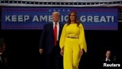 El presidente de EE.UU. Donald Trump y la primera dama Melania Trump toman el escenario en el Amway Center de Orlando, Florida. Photo: Reuters.