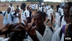 À espera das aulas. Estudantes na Lunda Norte (Foto Coque Mukuta)