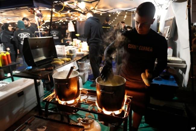 Adam Berri dari Corn on the Corner memasak jagung di Ramadhan Suhoor Festival di Dearborn Heights, Michigan, 18 Mei 2019. (Foto: AP)