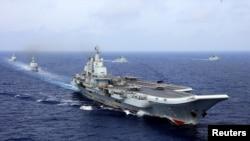 """中国""""辽宁""""号航空母舰在西太平洋参加中国人民解放军海军的军事演习。(2018年4月18日)"""