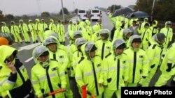 지난 2012년 10월 파주시 비무장지대 인근에서 경찰이 대북전단 차량을 저지하기 위해 길을 막고 서 있다.